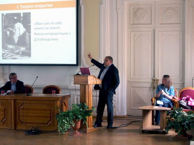 Генрих Эрлих читает лекцию о том, как совершаются открытия