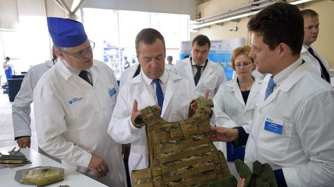 Дмитрию Медведеву был продемонстрирован образец бронежилета с защитными вставками из нанокерамики