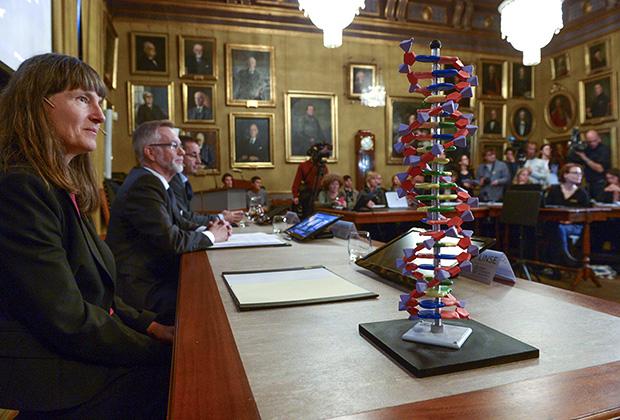 Лауреат премии по химии Томас Линдал является членом Нобелевского комитета. Из-за этого комитету пришлось сделать заявление, что исследователь не принимал участия в присуждении себе премии.